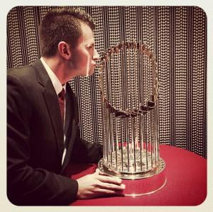 omg panik kissing the trophy